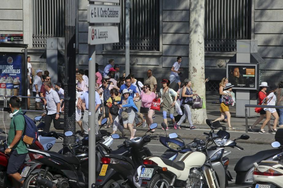 Un vent de panique a soufflé sur La Rambla, que des centaines de touristes ont fui dans les secondes suivant l'attaque. (AP)