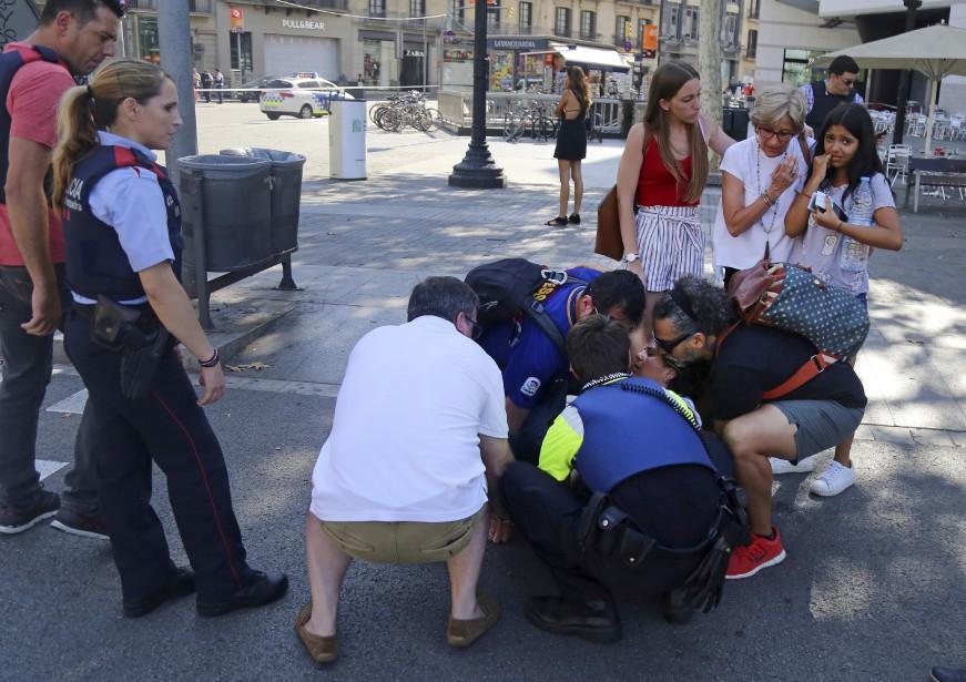 Une blessée est pris en charge après avoir été heurtée par la camionnette. (AP)