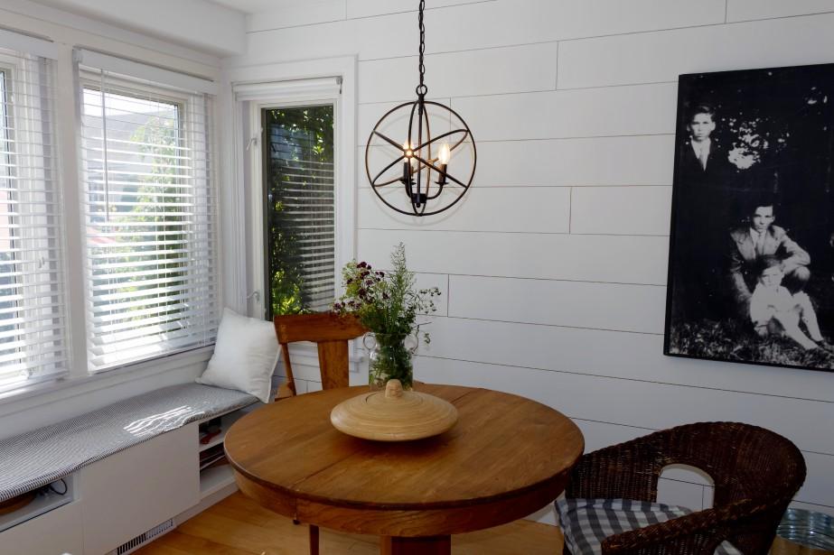 L'ajout d'une banquette d'un nouveau luminaire et d'une table antique a complètement transformé la salle à manger. (Mélissa Bradette)