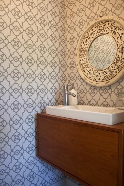 Le meuble de la salle d'eau a été fait à partir d'une pièce du mobilier de salon. (Mélissa Bradette)