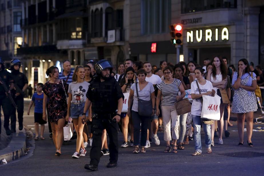 Les gens qui se trouvaient près du lieu de l'attentat ont été escortés par des policiers. (AFP, v)