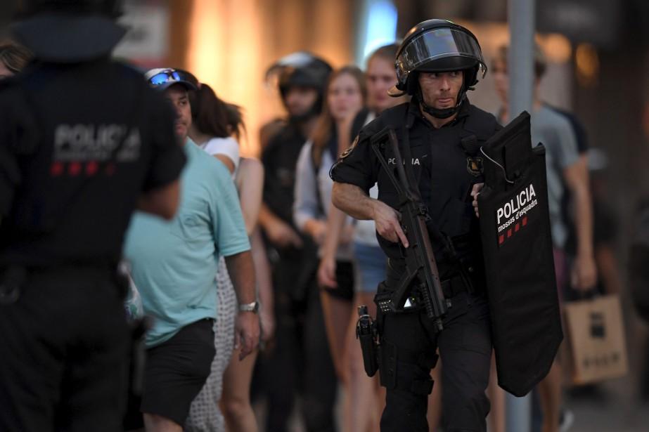 Les forces de l'ordre ont bouclé l'endroit où s'est produit l'attentat, sur la célèbre artère La Rambla à Barcelone. (AFP, LLUIS GENE)
