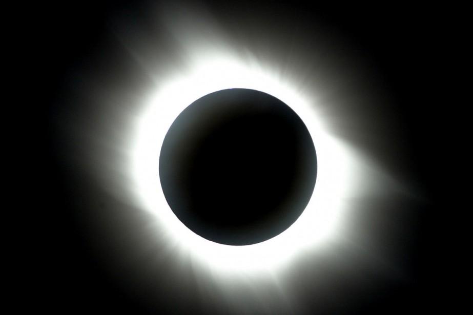 Une éclipse totale observée à Antalya, en Turquie,... (PHOTO CEM TURKEL, ARCHIVES AGENCE FRANCE-PRESSE)