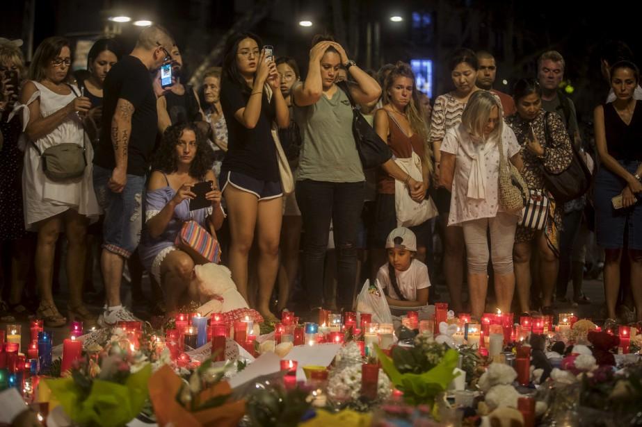 Des gens se sont recueillis à Las Ramblas devant un... | 2017-08-18 00:00:00.000
