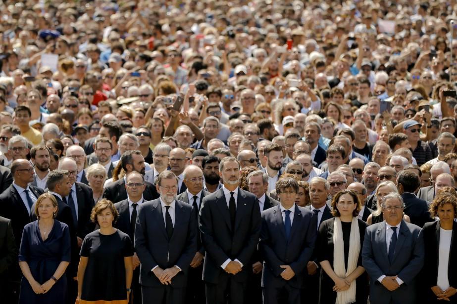 Le roi Felipe VI d'Espagne (centre), le premier ministre Mariano Rajoy (centre gauche) et le chef du gouvernement régional de Catalogne Carles Puigdemont (centre droite) ont observé une minute de silence entourés de milliers de personnes à la Plaza de Catalunya, au coeur de Barcelone. | 18 août 2017