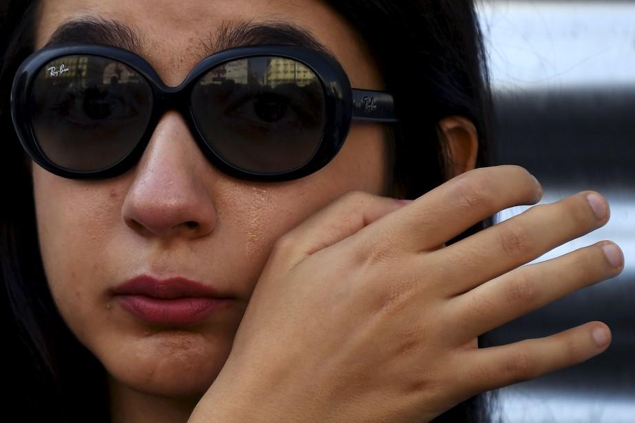 Une femme pleure alors qu'elle observe une minute de silence à la mémoire des victimes à Puerta del Sol, à Madrid. | 18 août 2017