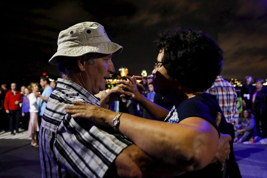La danse sociale était à l'honneur samedi soir de part et d'autre du fleuve Saint-Laurent à l'occasion de la cinquième soirée des Grands Feux Loto-Québec.   19 août 2017