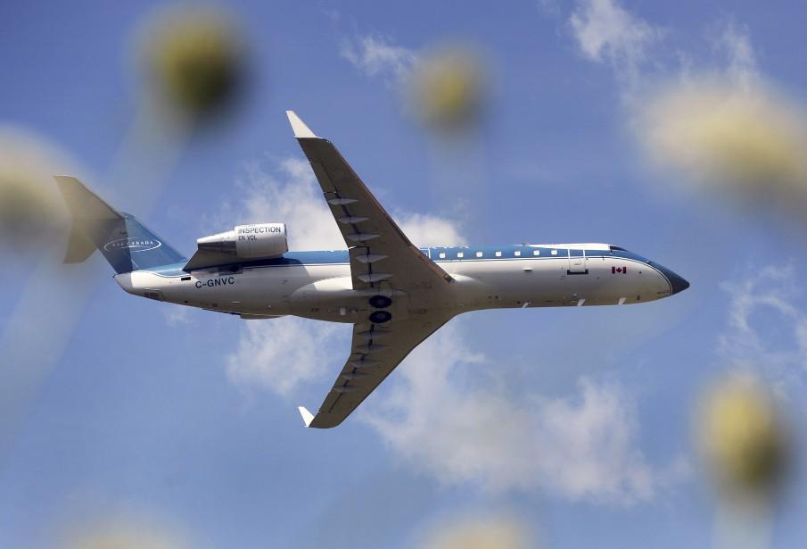 Au début du mois, Jean-Marie Villeneuve, un fan d'aviation, est allé observer un avion CRJ200 de Bombardier procédant à de multiples décollages et atterrissages pour tester le système d'approche aux instruments de l'aéroport de Québec. Tapi dans un fossé, notre photographe a finalement réussi à capter ce cliché de l'appareil à travers les fleurs. Données techniques: Nikon D4. Focale 130mm, ISO 500, ouverture f7.1, vitesse 1/6400e seconde | 20 août 2017