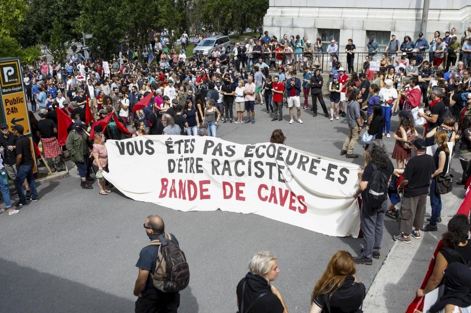 Des manifestants pro-immigration sur la rue Louis-Alexandre-Taschereau, face au Complexe G. | 20 août 2017