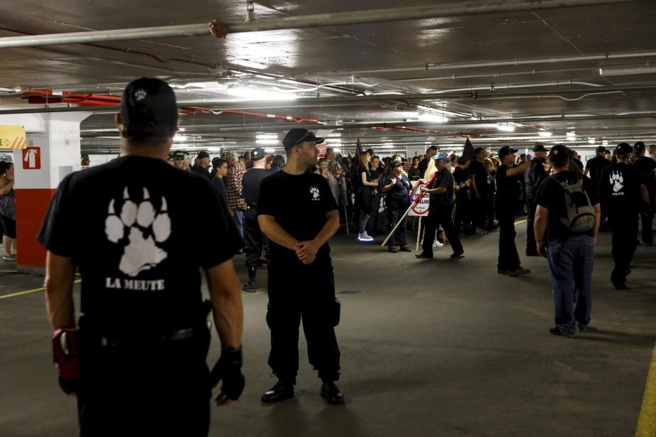 Environ 600 personnes membres de La Meute étaient rassemblées dans le stationnement souterrain du Complexe G, où elles sont demeurées plusieurs heures avant de sortir manifester. | 20 août 2017
