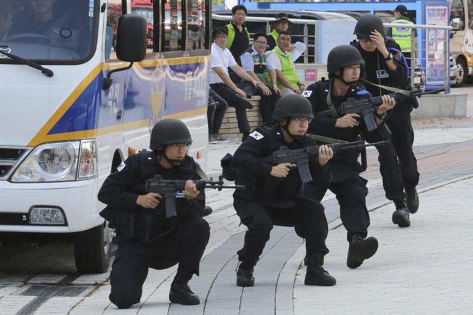 Des policiers sud-coréens participent aux exercices.... (Photo Ahn Young-joon, Associated Press)