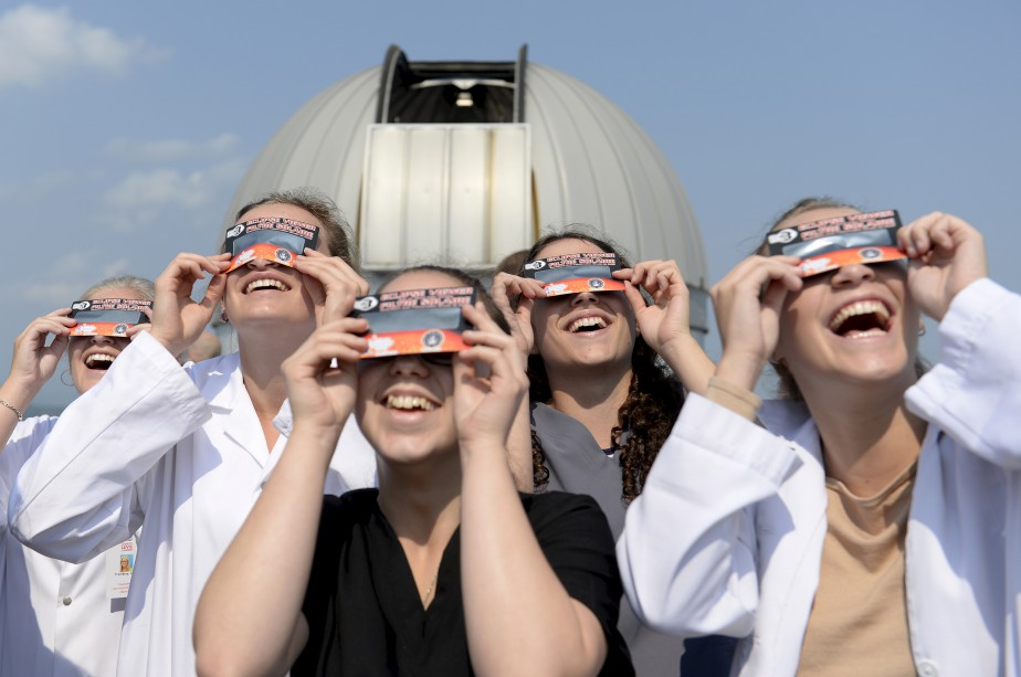 L'éclipse du Soleil qui est survenue hier après-midi a suscité beaucoup de curiosité. Différents événements d'observation ont eu lieu, dont celui du cégep de Lévis-Lauzon (photo), qui a attiré plus de 500 personnes - un nombre inespéré. (Le Soleil, Yan Doublet)