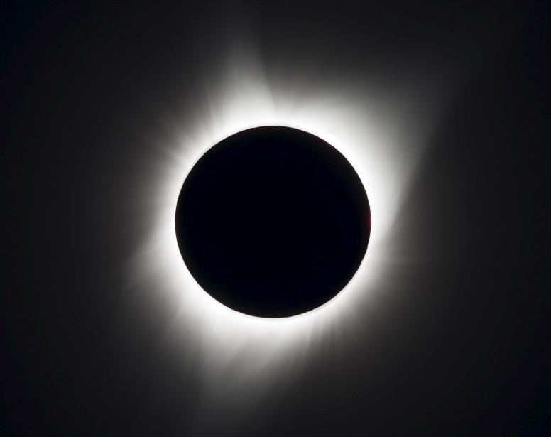 Pendant plus de 90 minutes, des millions d'Américains sont restés subjugués lundi devant le spectacle du Soleil disparaissant derrière la Lune. (AFP)