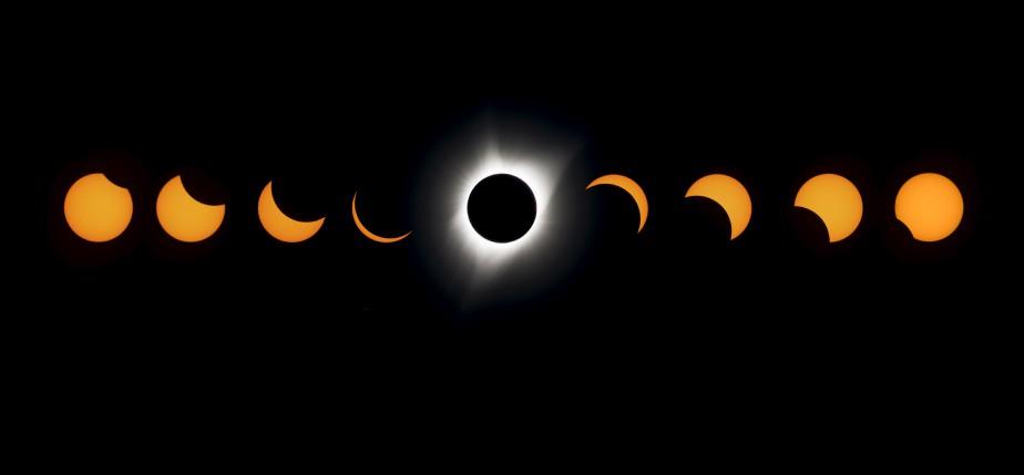 Les photos de ce montage de l'éclipse solaire totale ont été prises à Madras, en Oregon, l'un des endroits aux États-Unis où il a été possible de l'observer. (AFP, Stan Honda)