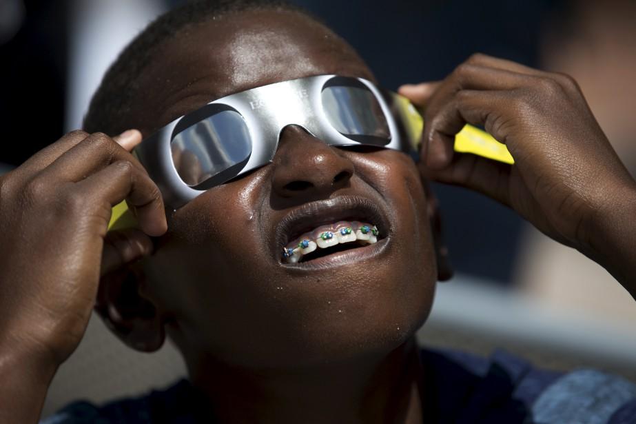 Blake Davis, 10 ans, de Coral Springs en Floride regarde l'éclipse. (AP, Wilfredo Lee)