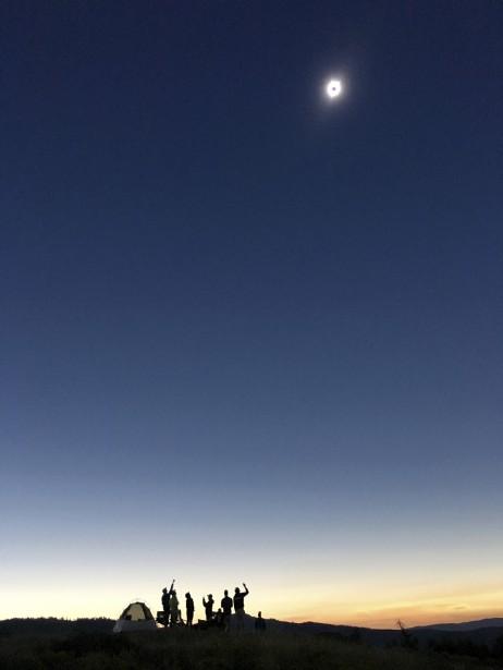 Des campeurs au parc national Grand Teton au Colorado regardent l'éclipse. (AP)