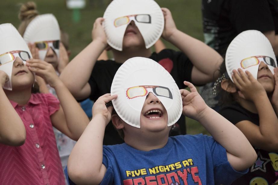 Ces camarades de classe regardent l'éclipse à Lincoln au Nebraska. (AP, Kathy Plunkett)