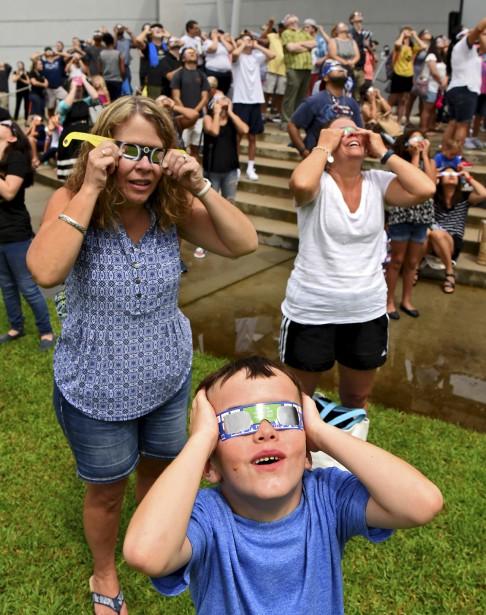 Des gens regardent l'éclipse en Floride. (AP, Bob Mac)