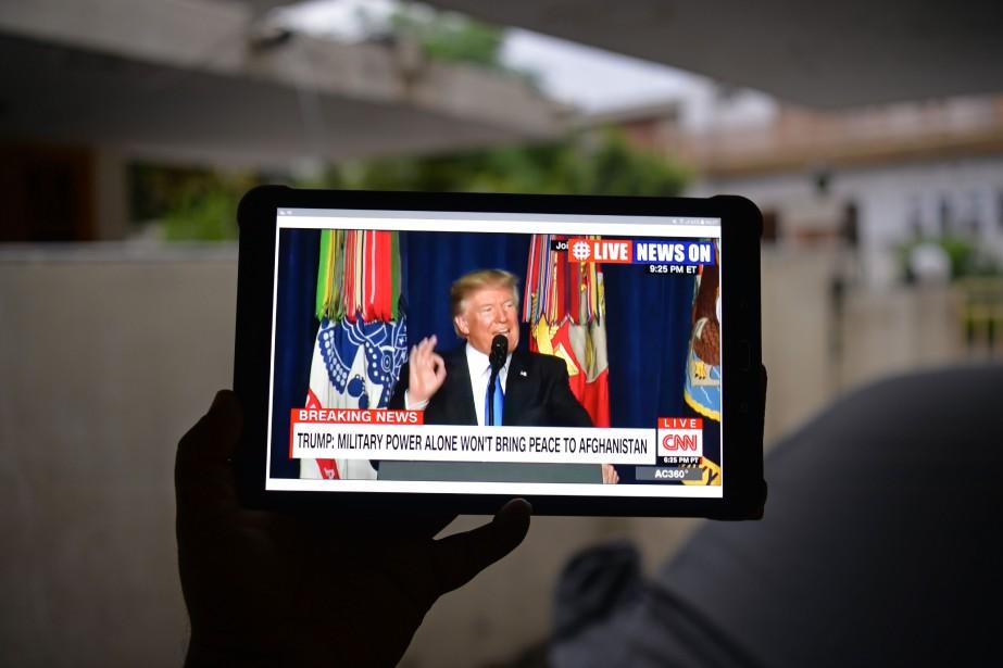 UnPakistanais regarde la conférence de presse de Donald... (photo AAMIR QURESHI, AFP)