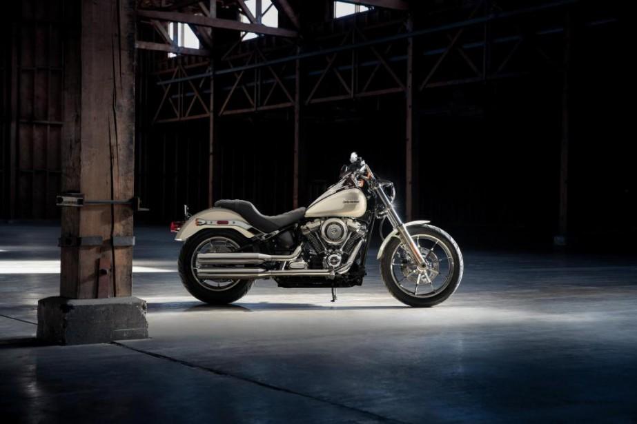 <strong>La Low Rider -</strong>Visuellement, la Low Rider demeure une Harley-Davidson au style classique. Cependant, elle fait partie des plus grands changements apportés à la gamme américaine en 2018. En effet, la plateforme Dyna sur laquelle elle était bâtie jusque-là disparaît complètement pour 2018. La Low Rider et plusieurs autres anciens modèles Dyna sont donc dorénavant bâtis sur la plateforme Softail complètement repensée pour 2018. (Photo : Harley-Davidson)