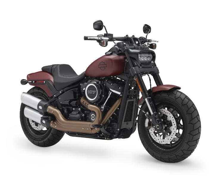 <strong>La Fat Bob -</strong> Sans le moindre doute, la Fat Bob 2018 est le modèle qui illustre le mieux l'écart créatif entre les Harley-Davidson classiques et celles que l'avenir réserve. Il s'agit aussi du type de modèle dont le succès sera suivi de très près tant par le constructeur que par ses actionnaires, puisqu'il a le potentiel d'amener une clientèle nouvelle vers la marque américaine. ()