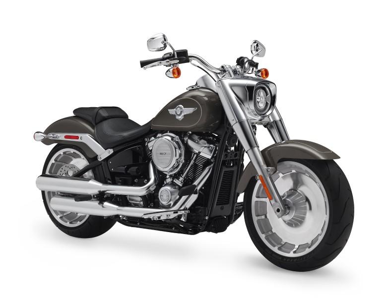 <strong>La Fat Boy -</strong> Véritable mascotte de la gamme de<em>customs</em>de Harley-Davidson, la Fat Boy est une des motos les plus célèbres (entre autres, elle a été pilotée par le Terminator dans<em>Terminator2</em>) et l'une des plus imitées par les constructeurs rivaux. En 2018, c'est une des Harley qui changent le plus. Elle n'est pas méconnaissable, mais le respect religieux de la version originale n'est plus là, remplacé par un style décidément frappant. ()