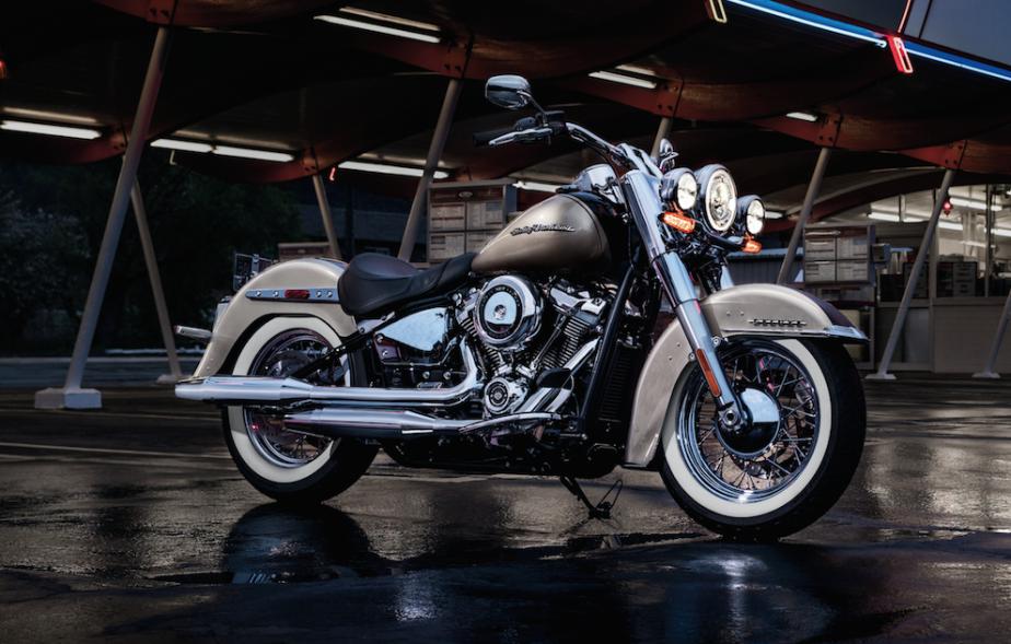 <strong>La Deluxe -</strong>Elle est le parfait exemple de la Harley-Davidson qu'on connaît depuis toujours et que tous identifient au premier regard. Même si sa base mécanique est entièrement repensée en 2018 --tout nouveau cadre et une version à double balancier du moteur Milwaukee-Eight--, visuellement, la Deluxe 2018 est presque identique à la version 2017. Il s'agit du genre de produit qui devient dorénavant ce que Harley-Davidson appelle ses modèles classiques. ()