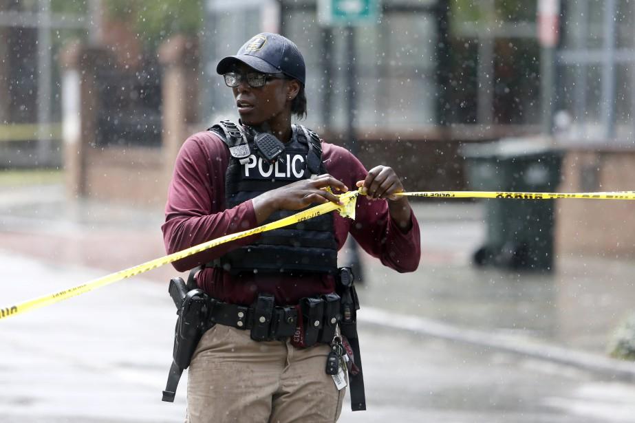 Une policière boucle une rue près de la... (PHOTO AP)