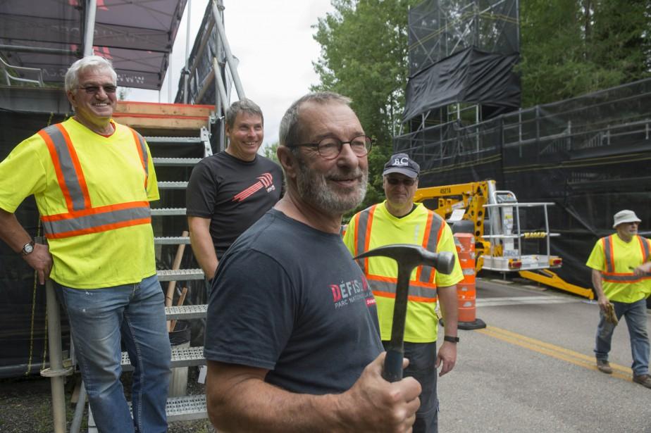 Plusieurs bénévoles s'affairaient à monter les structures nécessaires jeudi. Sur la photo: Jean-Pierre Cossette, Pierre Carron, Daniel Palardy et Yves Bérubé. (Stéphane Lessard)