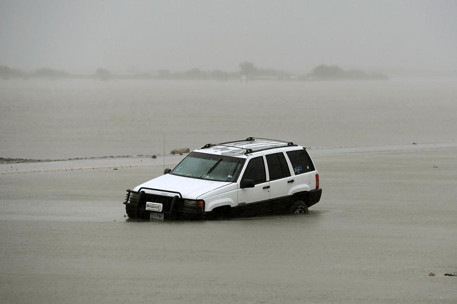 Un véhicule s'est retrouvé isolé après le passage... (PHOTO MARK RALSTON, AGENCE FRANCE-PRESSE)