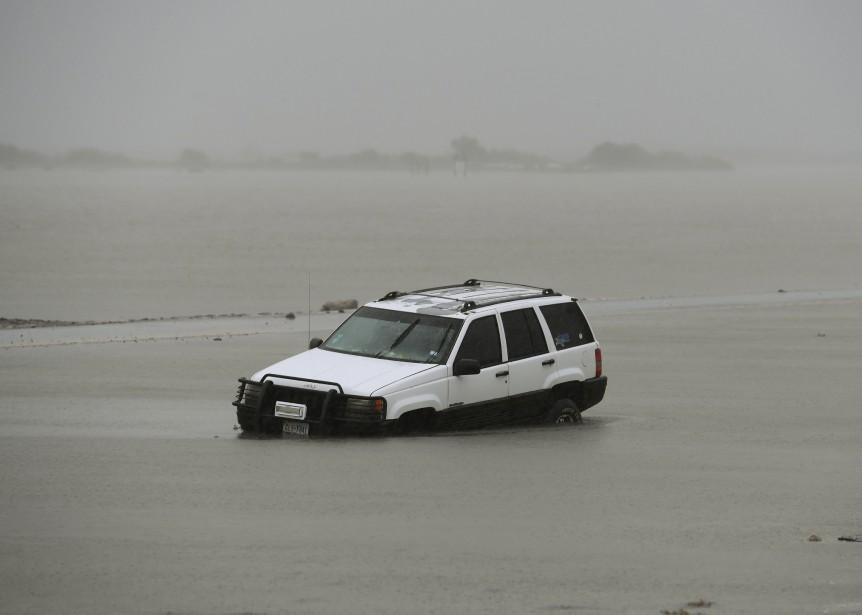 Une voiture est submergée d'eau à Corpus Christi, premier endroit à avoir été frappé par la tempête. | 26 août 2017