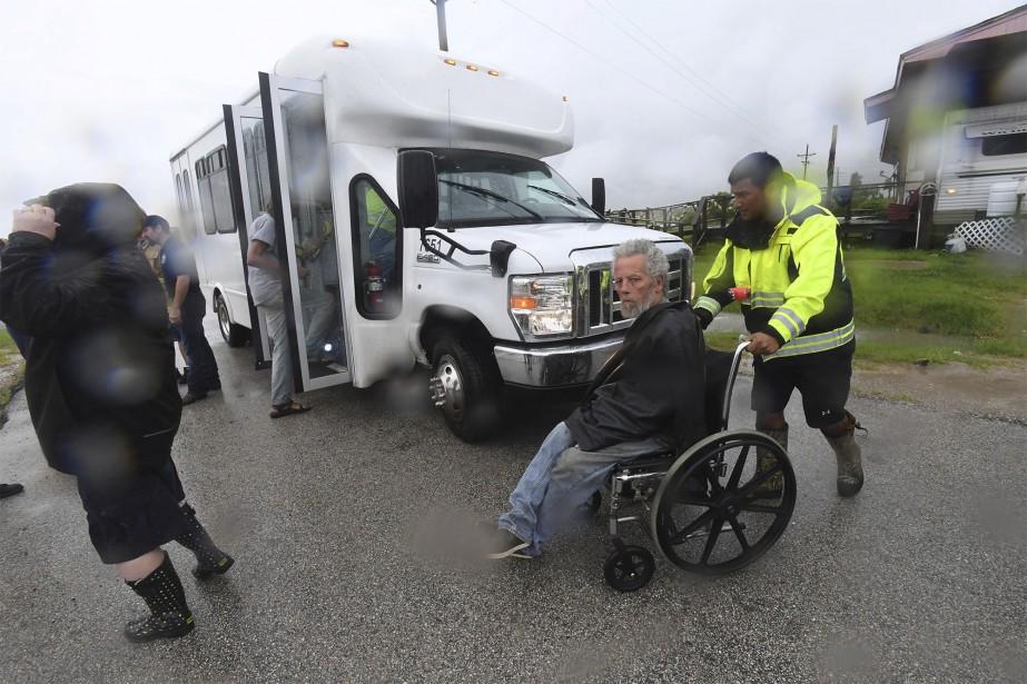 Un homme à mobilité réduite est évacué à l'approche de la tempête. | 26 août 2017