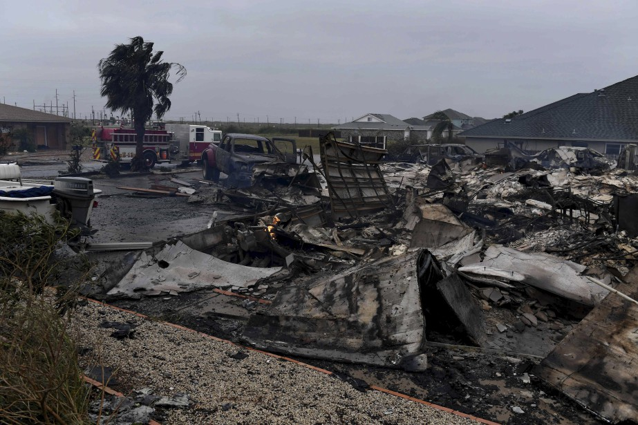 Une maison a pris feu et ses débris jonchent le sol près de Corpus Christi. | 26 août 2017