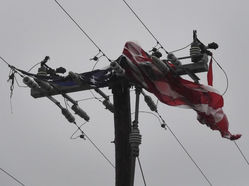Un drapeau américain a été arraché de son mât et s'est écrasé contre une ligne électrique. | 26 août 2017