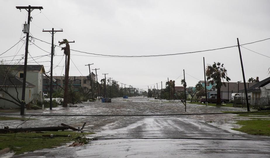 Une rue de Rockport inondée après le passage de l'ouragan  Harvey . | 26 août 2017