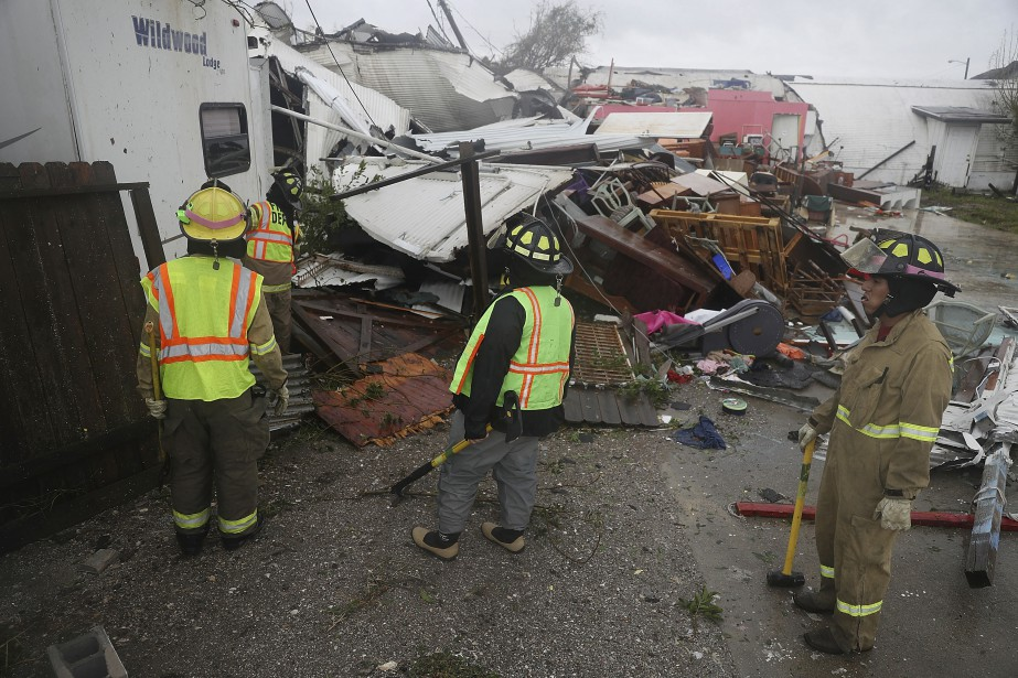 Les pompiers de Rockport ont dû faire le tour des décombres pour trouver d'éventuelles victimes. | 26 août 2017