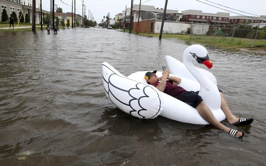 Julio Ostio profite de la montée de l'eau dans les rues du centre-ville de Galveston. | 26 août 2017