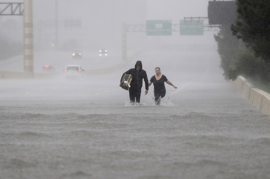 La route 610, à Houston, était complètement inondée dimanche. (AP, David J. Phillip)