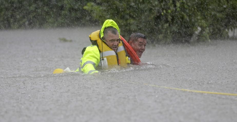 Wilford Martinez a été sauvé des eaux dimanche alors qu'il circulait en voiture sur la route 610. (AP, David J. Phillip)