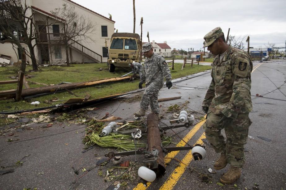 Des membres de la Garde nationale du Texas déplacent des débris à Fulton. (AP, Courtney Sacco/Corpus Christi Caller-Times)