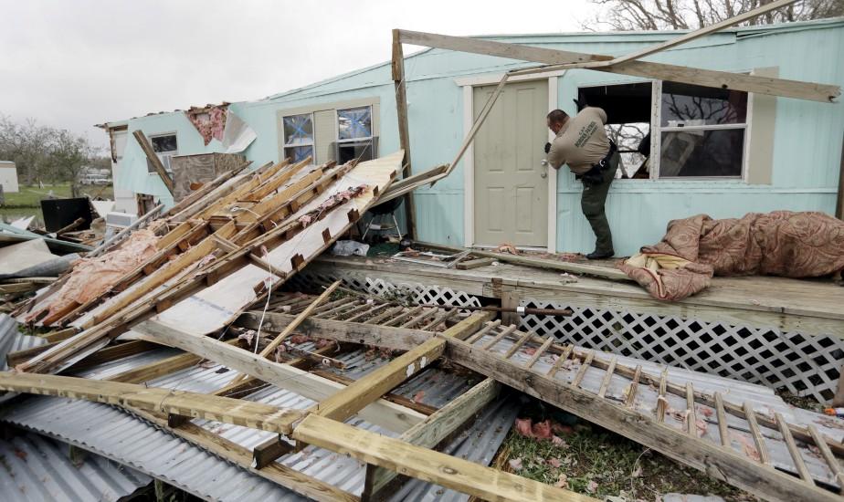 Un agent vérifie une maison endommagée par l'ouragan Harvey à Rockport. (AP, Eric Gay)