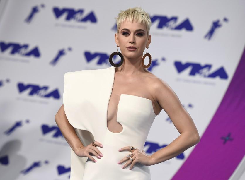 Katy Perry portait un fourreau structuré à longue traîne d'un blanc virginal avec sa nouvelle coiffure courte péroxydée. | 27 août 2017