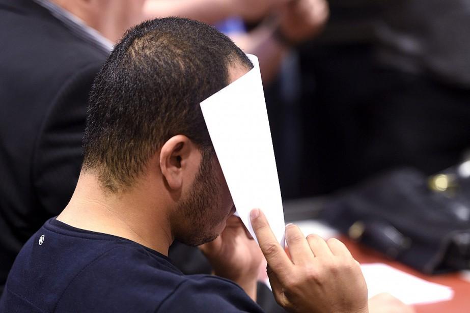 Abderrahman Bouanane s'est caché le visage lors de... (PHOTO MARTTI KAINULAINEN, AFP/LEHTIKUVA)