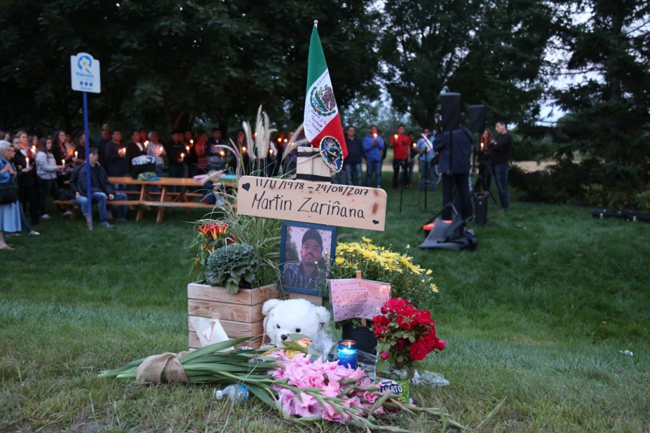 Une cinquantaine d'amis et de collègues de Martin Zarinana Ayala se sont recueillis, samedi soir, près de l'endroit où le travailleur mexicain a perdu la vie.   28 août 2017