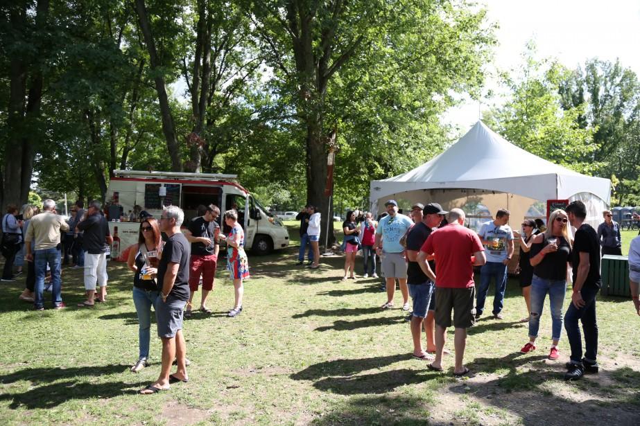 Un millier de personnes ont dégusté bières de microbrasserie et alcools forts de distillateurs québécois à l'occasion du premier Rendez-vous Fest de Cowansville. | 28 août 2017