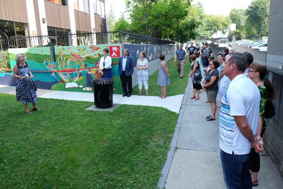Une nouvellemuraleà ciel ouvert a été inaugurée lundi matin. L'oeuvre, créée par l'Atelier 19, ses artistes et bénévoles, enjolive les murs de la terrasse de la bibliothèque Paul-O.-Trépanier de Granby. | 28 août 2017