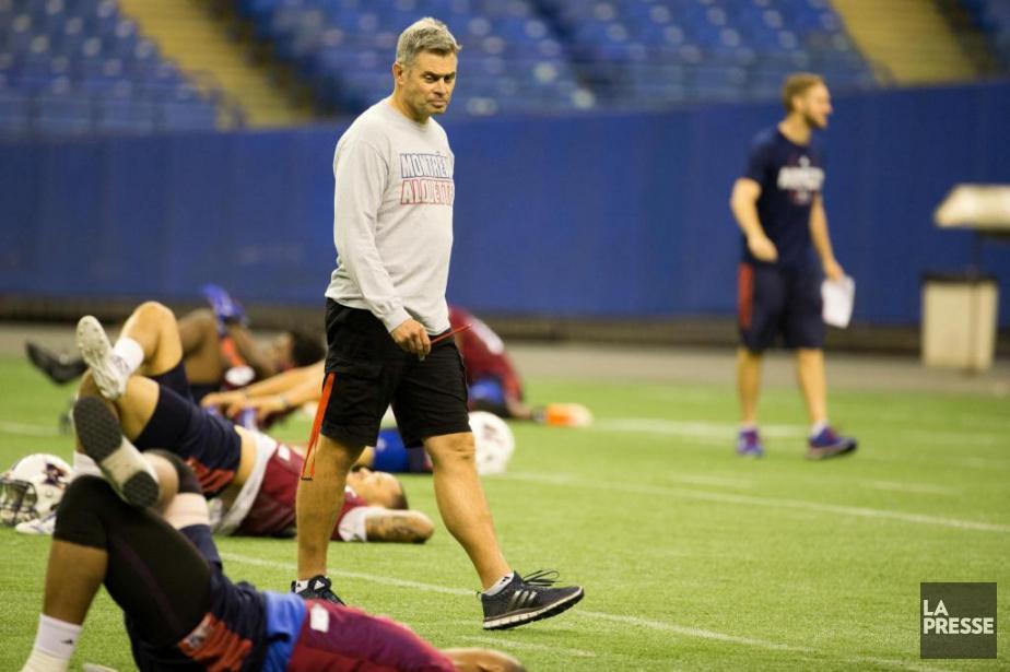 L'entraîneur-chef des Alouettes Jacques Chapdelainea envisagé de remplacer... (Photo François Roy, La Presse)