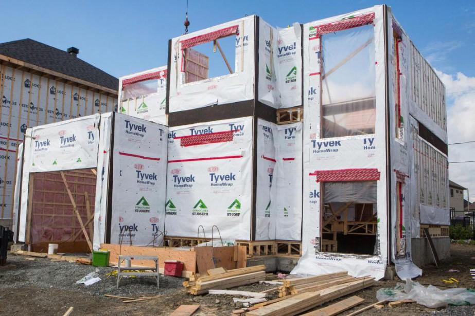 Monter la structure d'une maison peut être très... (PHOTO SIMON GIROUX, LA PRESSE)