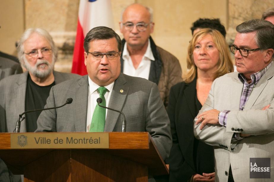 Le maire de Montréal, Denis Coderre, en compagnie... (PHOTO MARTIN TREMBLAY, LA PRESSE)