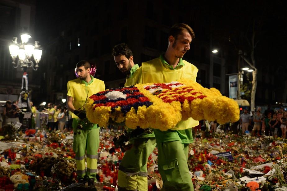 Des employés municipaux réaménagent le mémorial aux victimes... (PHOTO AFP)